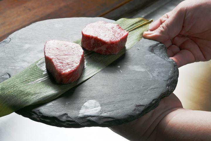 台南晶英酒店呼應牛年推出的「雙牛饗宴」,以日本北海道A5和牛和美國沙朗牛入料理。(圖.陳思明 攝影)