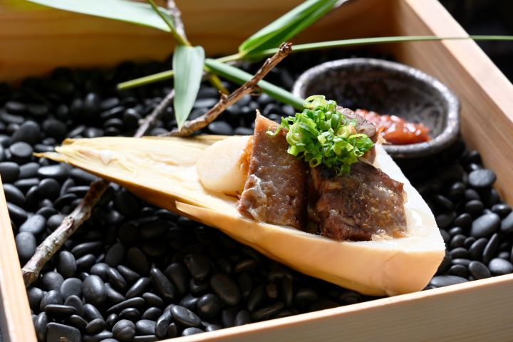 軟嫩的台灣牛牛舌搭配甜脆的春筍,構成口感層次豐富的「嫩煎牛舌佐四國味噌」。(圖.陳思明 攝影)