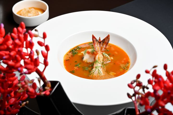 「地中海海鮮湯」品嘗當令食蔬與魚產的豐饒滋味。(圖.陳思明 攝影)