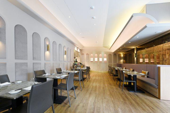 以羅馬圓拱式情境,營造出道地義式餐廳的氛圍。(圖.陳思明 攝影)