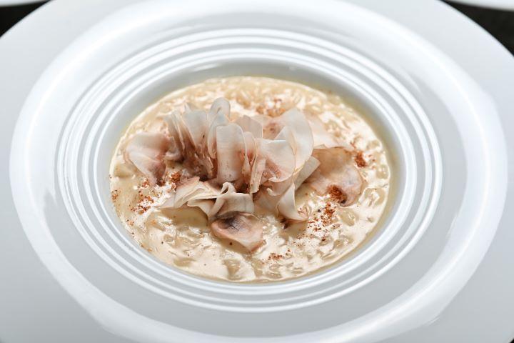 宛如一朵綻放花朵的「蕈菇燉飯」,盡情感受義式料理的美學境界。(圖.陳思明 攝影)