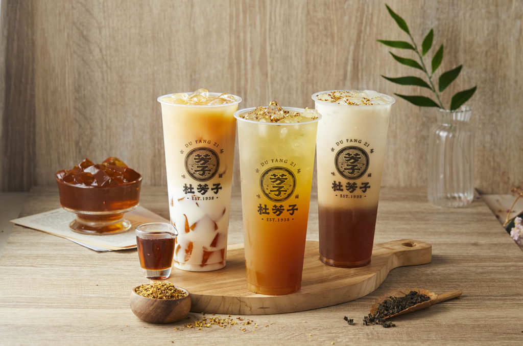 杜芳子在百花綻放的春季,推出桂花蜜入茶的特色飲品,共有桂花蜜烏龍(55元)、桂花凍奶綠(68元)與桂花蜜奶綠(65元)三種口味。 (圖.杜芳子提供)