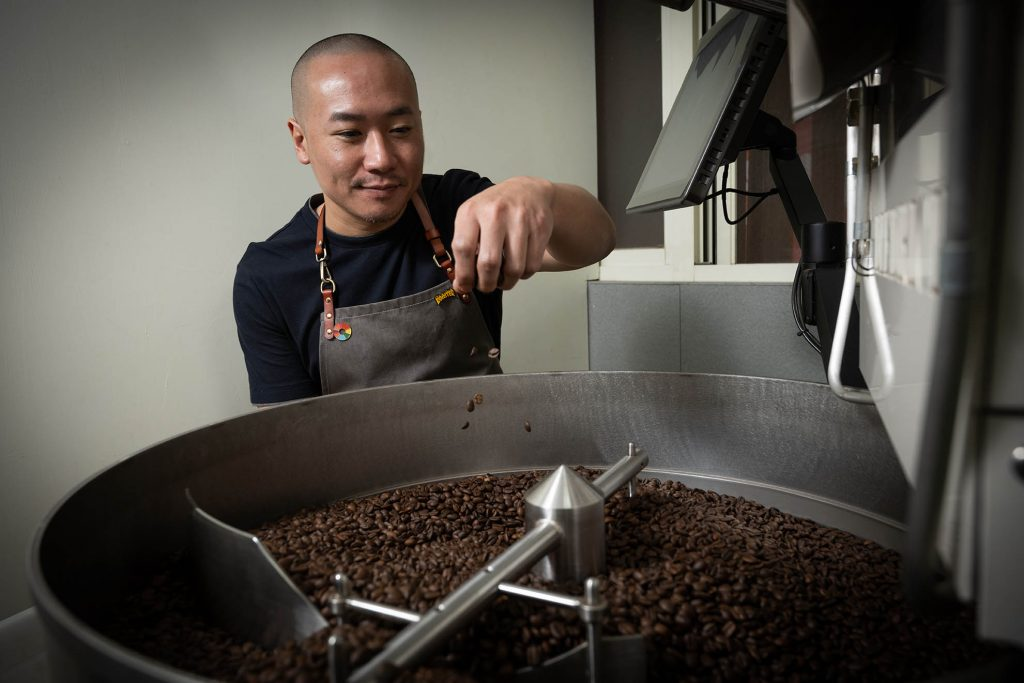 不敢說自己完全了解烘豆的整個流程與眉角,廖海帆找來專業烘豆師操刀,從生豆買賣,轉身成為販售自家烘焙咖啡豆的台灣品牌。 (圖.徐嘉駒攝)