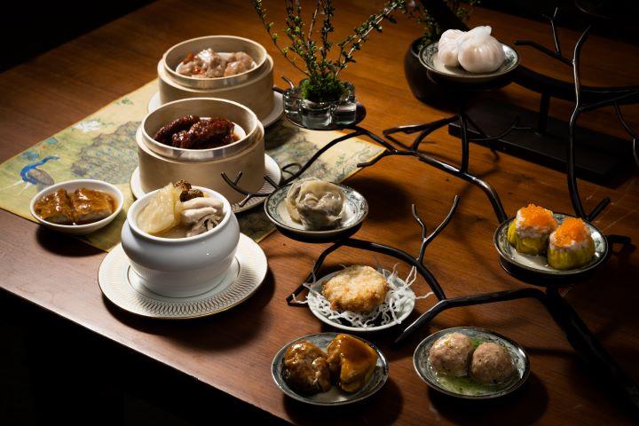 道地的港式點心和餐檯上的熱食,台北君悅酒店茶軒午茶在春天讓人們以美饌暖胃。(圖.徐嘉駒 攝影)