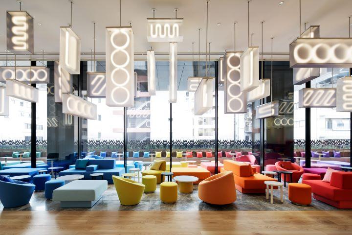 挑高明亮、座椅色彩繽的開闊大廳招牌酒吧-Living Room。(圖.W Osaka 提供)