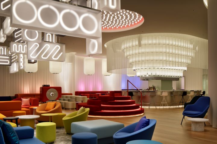 The Living Room以大阪街頭到處可見的霓虹燈為謬思,烘托出迷幻的情境氛圍。(圖.W Osaka 提供)