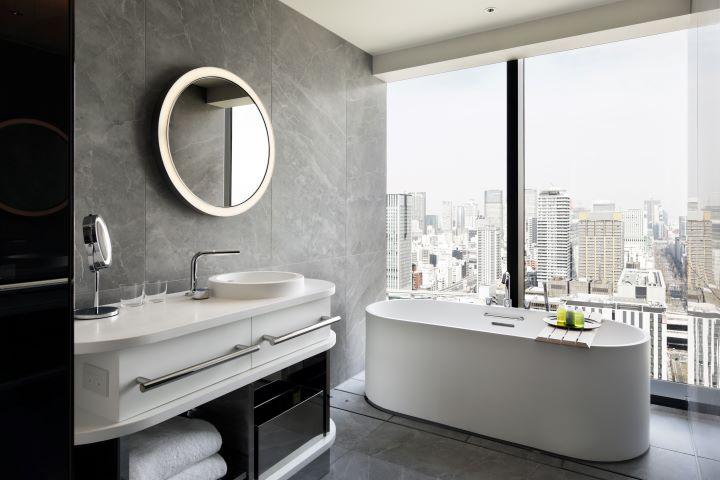 在客房浴室中,悠然享受高空沐浴泡澡的享樂。(圖.W Osaka 提供)