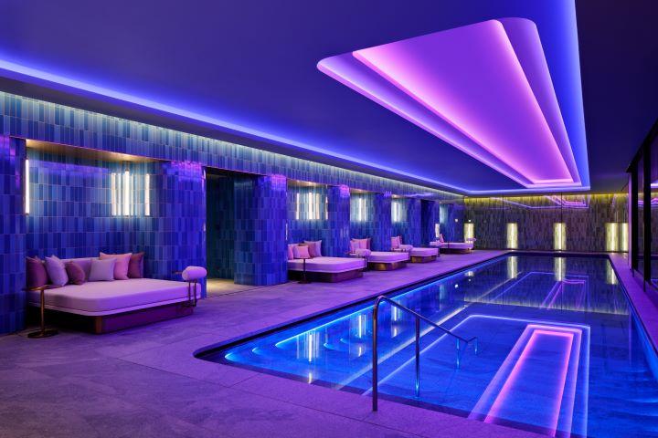 以七彩霓虹燈妝點的泳池。(圖.W Osaka 提供)