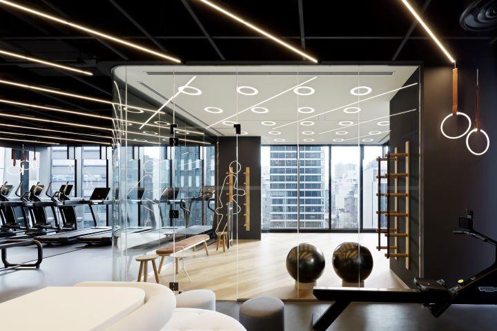 活力健身房提供最新的健身器材,並規劃一間可眺望風景的瑜伽教室。(圖.W Osaka 提供)