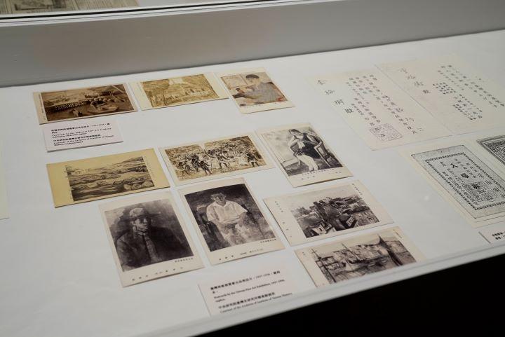 展示的資料從早期的剪報、到臺展及帝展所出品的明信片。(圖.國立台灣美術館 提供)