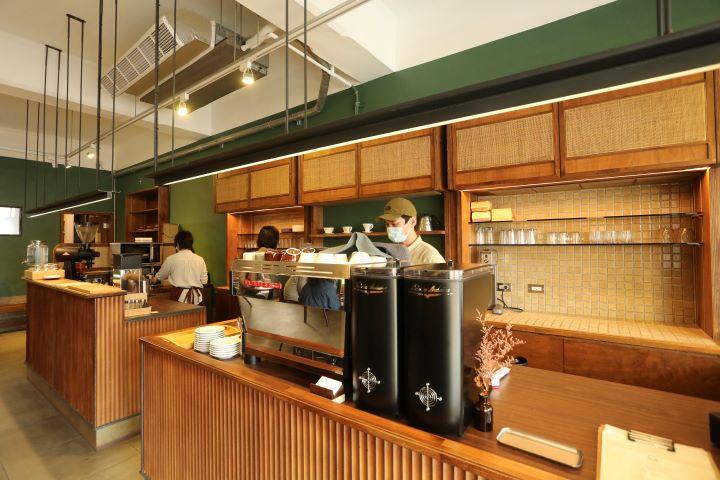 內斂沉穩的木質調搭配自然的綠色漆面,相佐自然材質編織的層架面板,勾勒出靜謐優雅的品嘗咖啡空間。(圖.蔡暉宏 攝影)