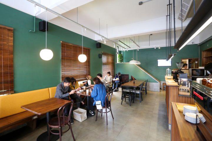 簡約開闊的空間和開放式的吧檯,讓人們可以直接欣賞咖啡職人現場手作的情景。(圖.蔡暉宏 攝影)