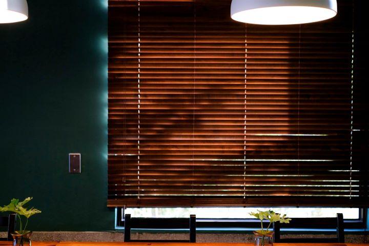 陽光從木作百葉窗透進來,參差的光影變化烘托出迷人的咖啡館情境。(圖.沛客咖啡 提供)