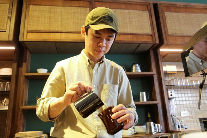 隻身從馬來西亞來台灣的Sam,與太太回到家鄉苗栗落地生根,開設吸引咖啡迷前來朝聖的「Pergram沛克咖啡」。(圖.蔡暉宏 攝影)