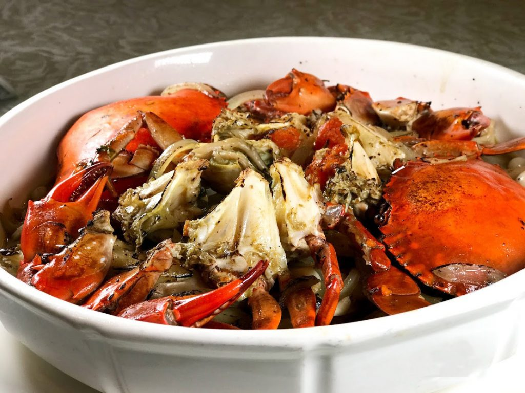 台灣人就是愛紅蟳料理,既喜氣又營養。這是奶油螃蟹的加強版,做法細膩,必須先以奶油炒香洋蔥、蒜、黑胡椒後,再放入紅蟳續炒。然後底下舖上美白菇,再放進烤箱烘烤。一出爐,香氣四溢啊。 (圖‧Sid攝)