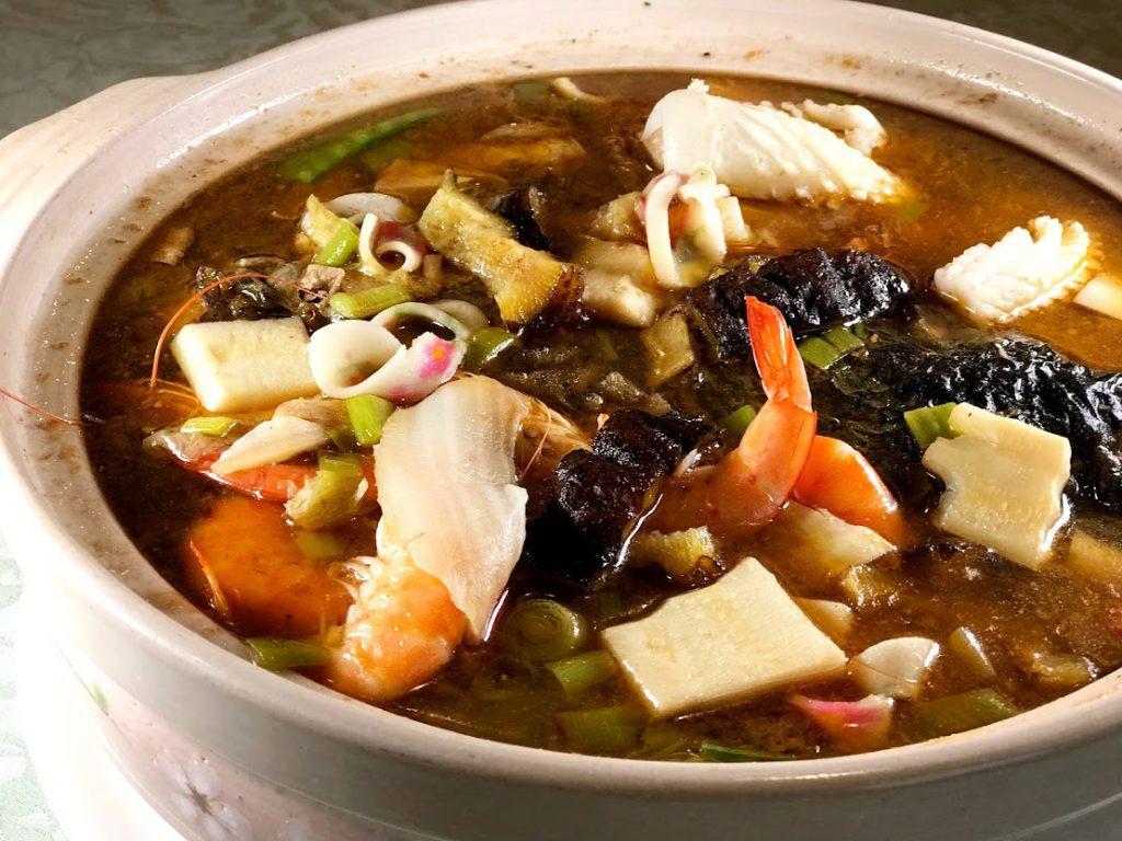沙茶魚頭煲,這鍋料豐味美,酥炸魚頭、魚皮、豬肚、蛤蠣、鮮蝦與白菜在特製扁魚沙茶湯裡,交織出濃郁鮮味,看起來也豐盛。 (圖‧Sid攝)