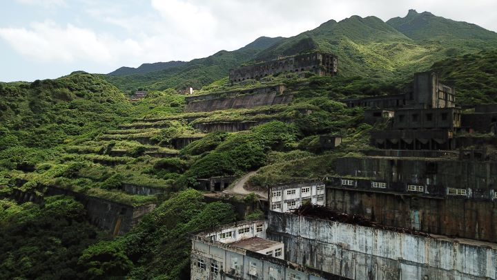 停止採礦之後,當年的礦區工業廠房慢慢地被大自然覆蓋。(圖.陳思明 攝影)