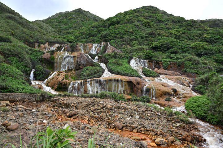 黃金瀑布的水質充滿著重金屬,造訪時勿隨意觸碰流水。(圖.陳思明 攝影)