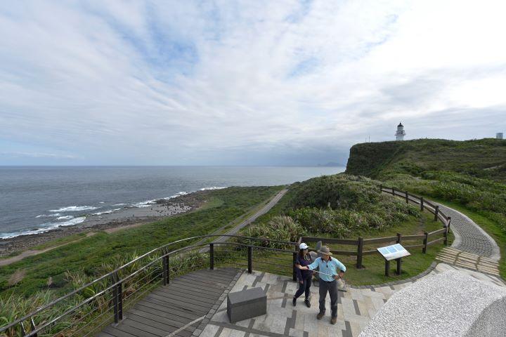 沿著三貂角燈塔旁的小徑,晴天時還可看見遠方的龜山島。(圖.陳思明 攝影)