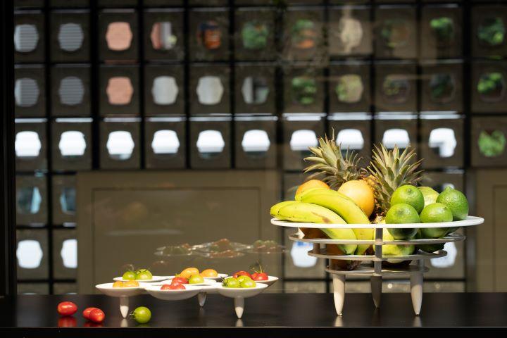 充滿幾何、解構的白瓷作品,擺上水果之後,更加彰顯八方新氣設計工藝的頂尖卓越。( 圖.林玉偉 攝影)