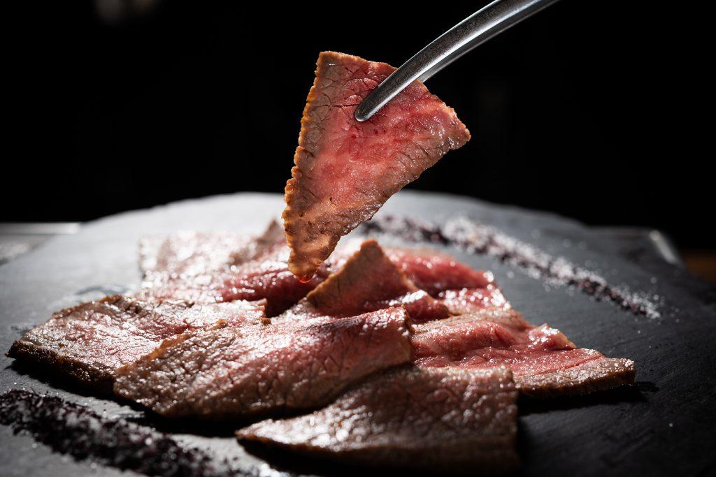 即使是同部位的塊燒,片切與塊切的口感也是不同。 (圖.徐嘉駒攝)