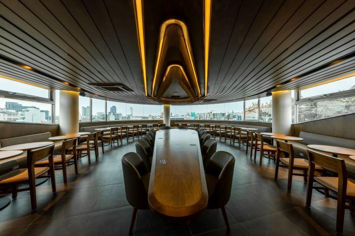 二樓的用餐區宛如走進高級遊艇的內部。(圖.星巴克 提供)