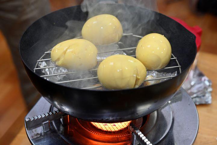 鵝山茶園的燻蛋體驗課程,做完還可帶回家享用。(圖.陳思明 攝影)