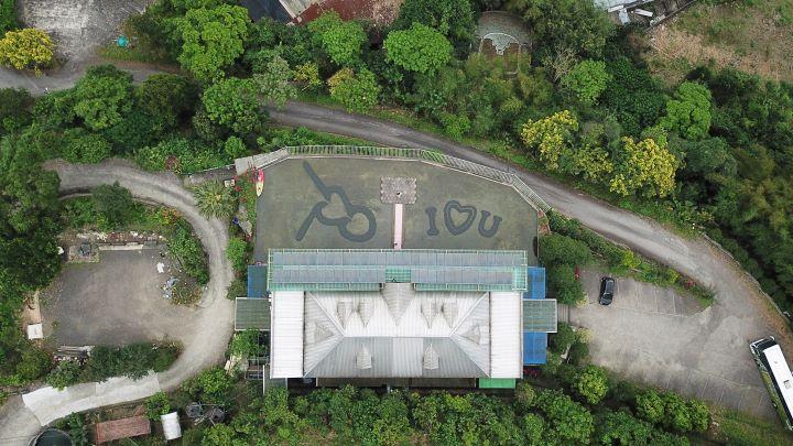 從空中俯瞰可以清楚見到石滬與I LOVE YOU字樣。(圖.陳思明 攝影)