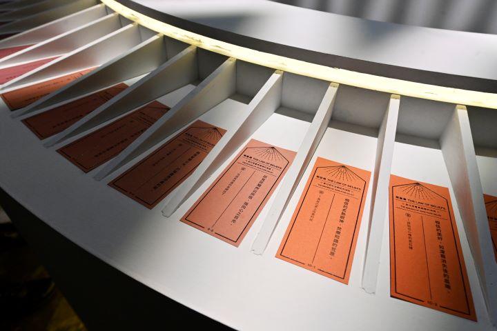 主題館「相信律」從入場掃描QR Code進行聲光互動,最後再提供人生指點迷津。(圖.陳思明 攝影)