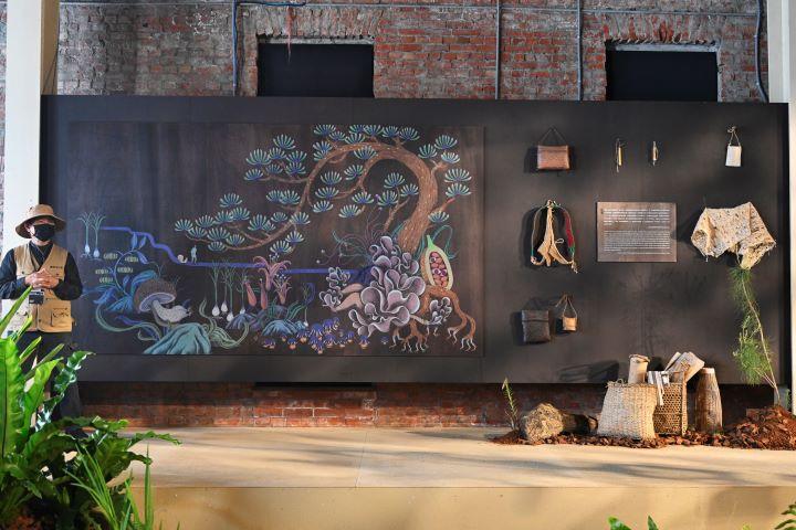 四周牆上以六大主題,藉由插畫和實物展示的方式,切題明確、解說清楚,讓參觀者了解花蓮地區與人、與自然植物、與動物狩獵、與神靈祈禱之間的關係。(圖.陳思明 攝影)