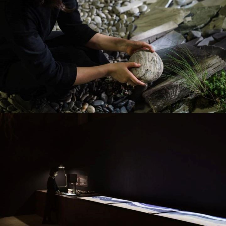 可隨意檢取地上從花蓮七星潭運送而來的石頭,送至掃描台上進行掃描,與石頭之間產生互動行為。(圖.陳思明 攝影)