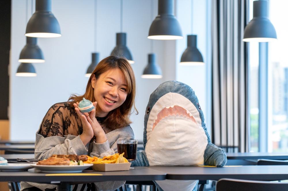 內湖餐廳主打人氣明星商品-鯊魚,並設計出獨家的鯊鯊包。(圖.林玉偉 攝影)